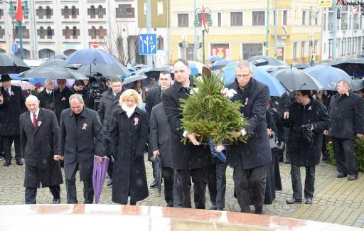Történelmi felelősségünk van hazánk és a keresztény Európa iránt – Kriza Ákos ünnepi beszéde a miskolci Petőfi téren