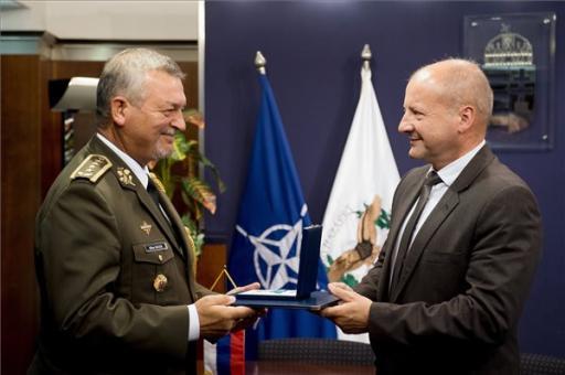 Simicskó István kitüntette a szlovák vezérkar főnökét